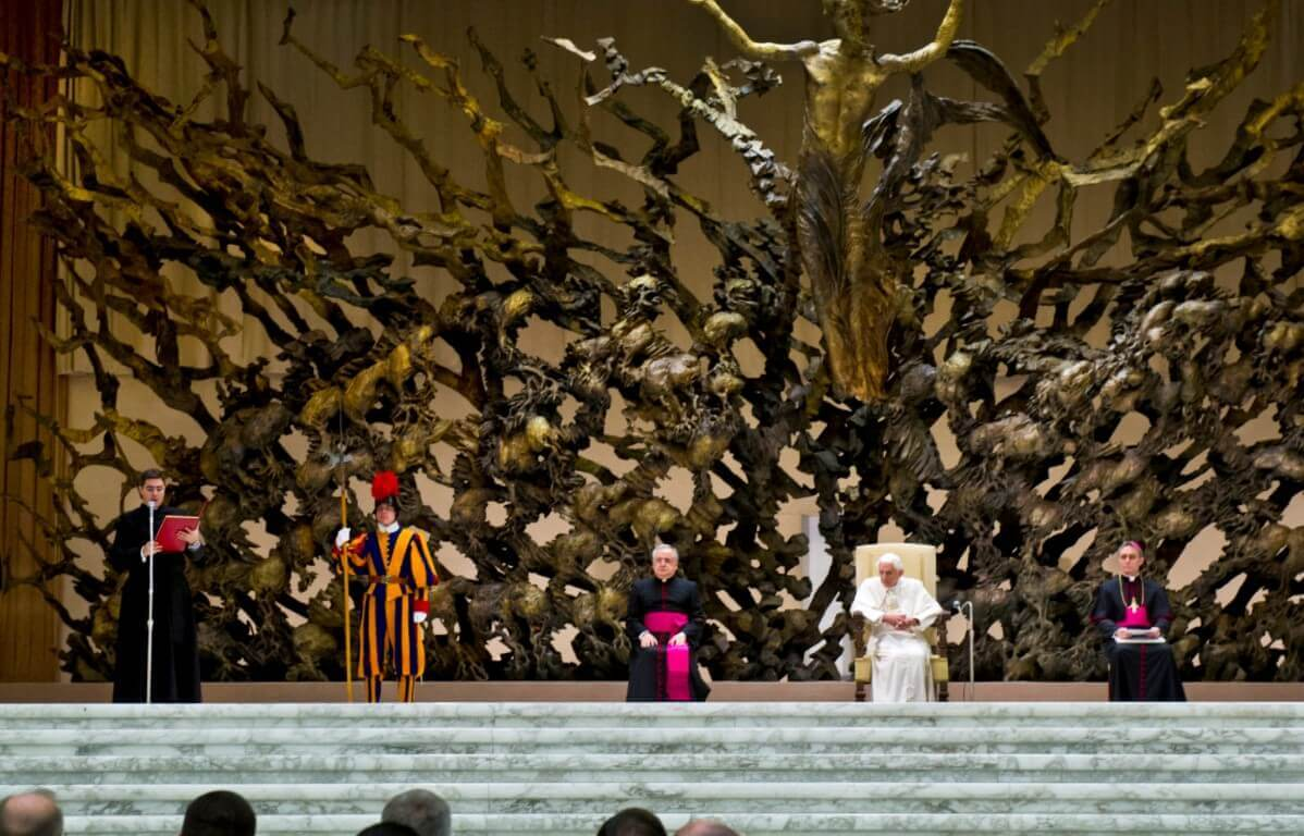 Statue resurrection papal audience hall